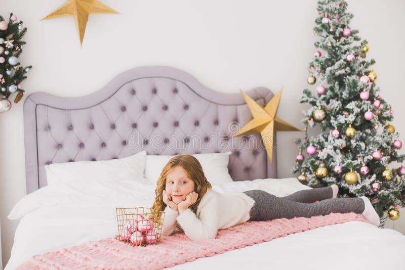 Kleines Mädchen auf Weihnachtsmorgen im Hauptinnenraum lizenzfreies stockfoto