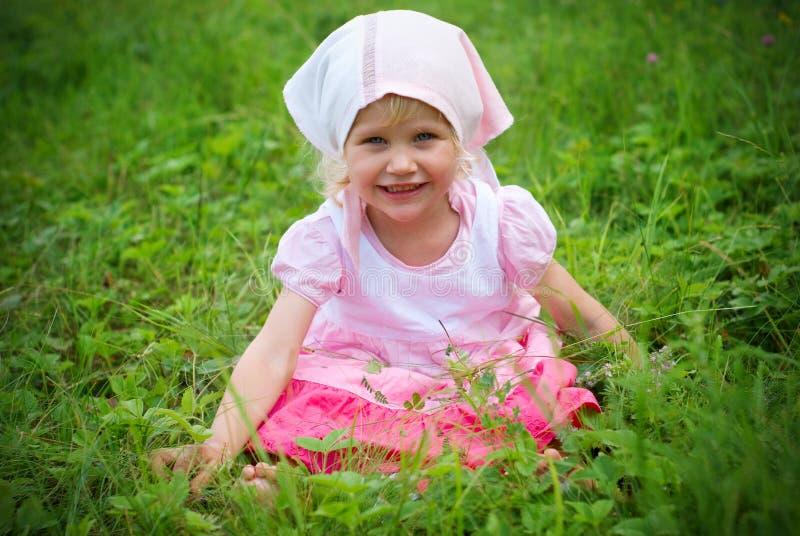 Kleines Mädchen auf Wiese lizenzfreie stockfotos