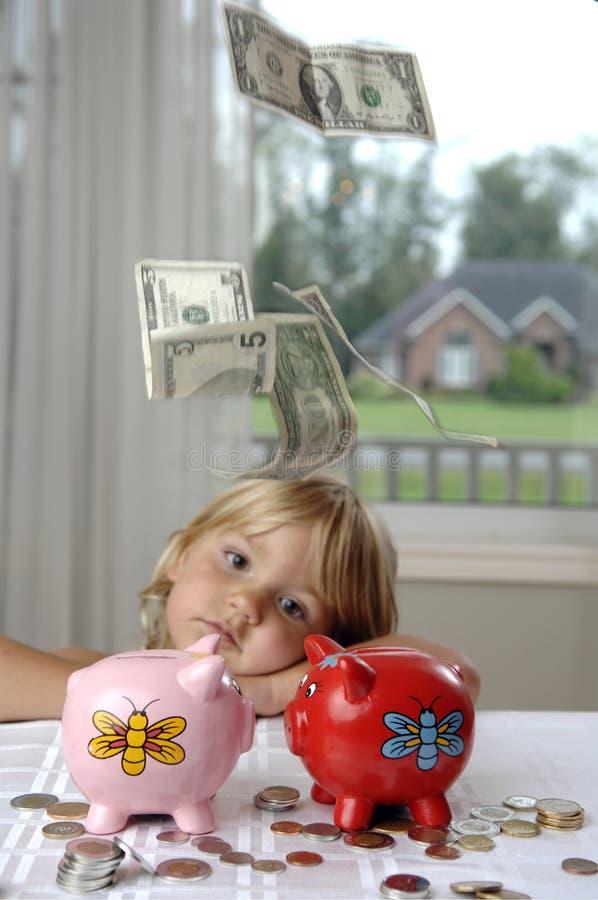 Kleines Mädchen, Bargeld und piggy Querneigungen stockbild