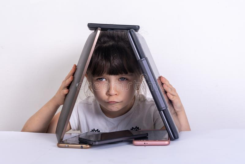 Kleines Mädchen besessen gewesen mit Telefone mobilen Apps, die zu Hause Eltern und Spielwaren, Kind unter Verwendung der Smartph stockbild