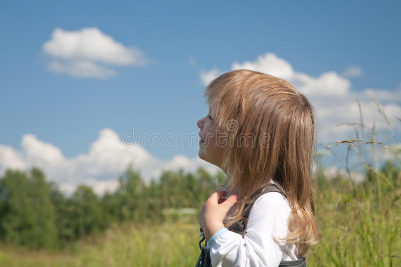 Kleines Mädchen betrachtet den Himmel stockfotos