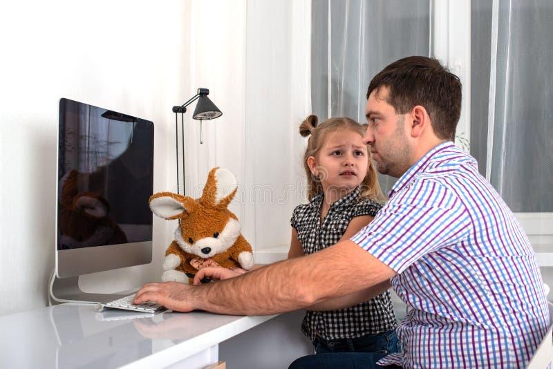 Kleines Mädchen bittet um einen beschäftigten Vaticomputer, den er ihre Aufmerksamkeit gibt und mit ihr spielt lizenzfreie stockfotografie