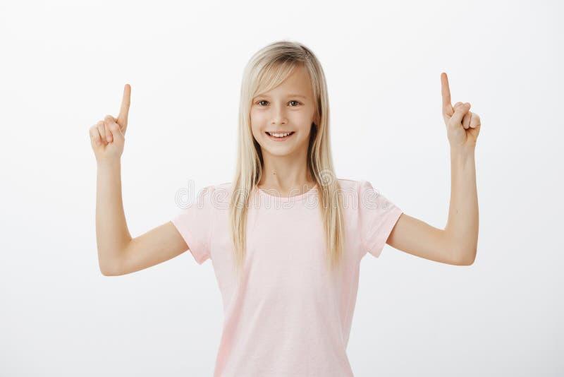 Kleines Mädchen bittet um Muttererlaubnis, Achterbahn zu reiten Porträt des netten aktiven weiblichen Kindes mit erfreutem erfüll stockfoto
