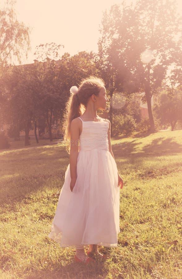 Kleines Mädchen Cutel, das feenhaftes Kostüm trägt, genießen Sommer bei Sonnenuntergang lizenzfreie stockbilder