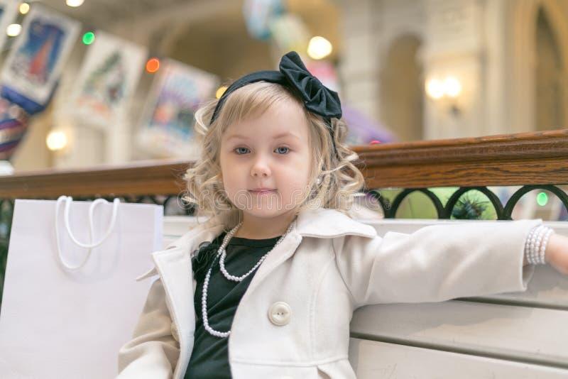 Kleines Mädchen - Dame stockfotografie
