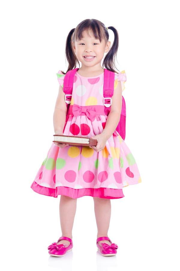 Kleines Mädchen, das über weißem Hintergrund steht lizenzfreie stockfotografie