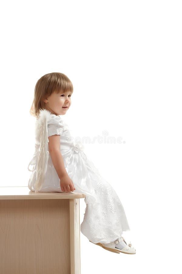 Kleines Mädchen, das auf Bedienpult sitzt stockfotografie