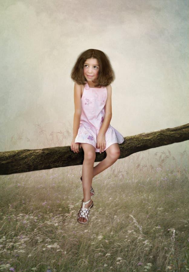 Kleines Mädchen, das auf dem Baum sitzt lizenzfreie abbildung
