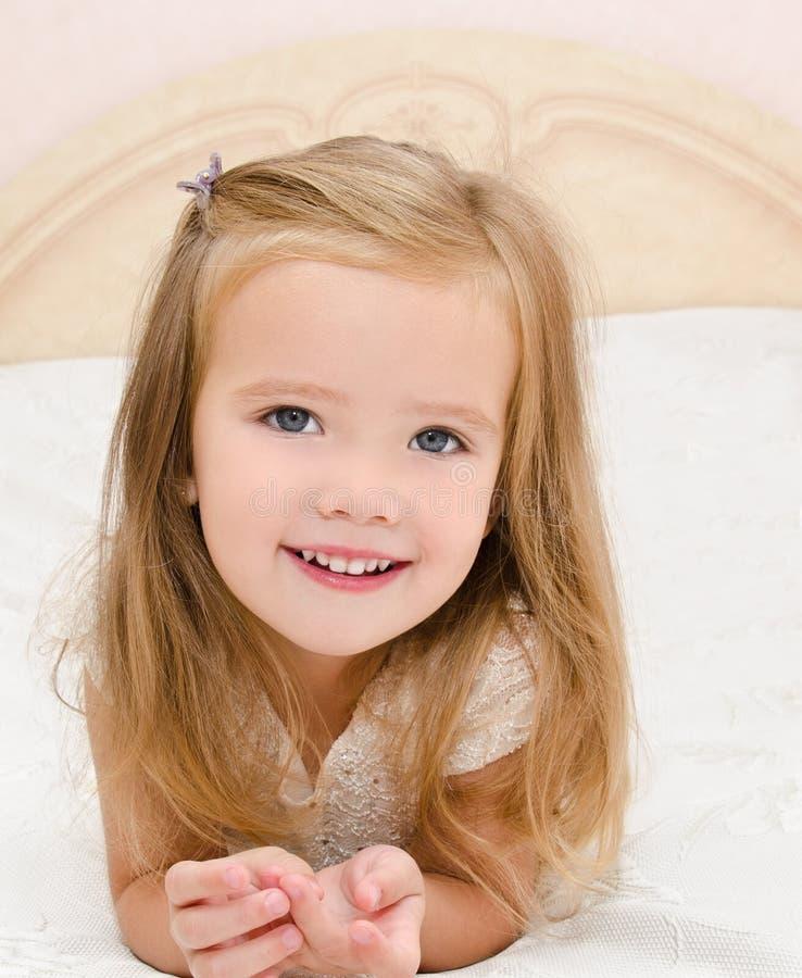 Download Kleines Mädchen, Das Auf Dem Bett Stillsteht Stockbild - Bild von mädchen, gesicht: 26357703