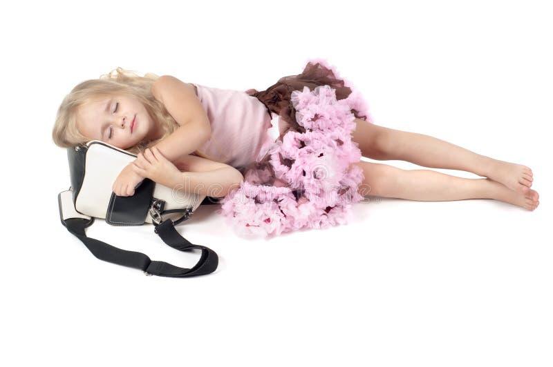 Kleines Mädchen, das auf dem Beutel schläft lizenzfreie stockfotos