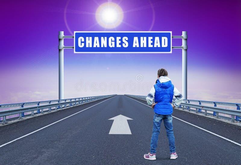 Kleines Mädchen, das auf einer geraden Autobahn führt zu Änderungen steht stockbild