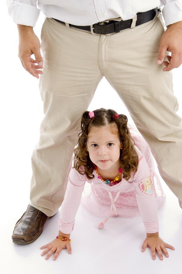Kleines Mädchen, das auf Fußboden sitzt lizenzfreie stockfotos
