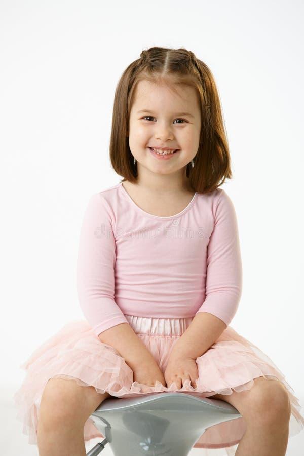 Kleines Mädchen, Das Auf Stuhl Sitzt Stockfoto