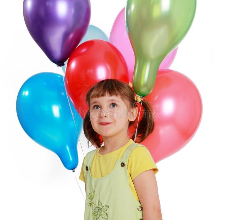 Kleines Mädchen, das bunte Ballone anhält lizenzfreies stockfoto