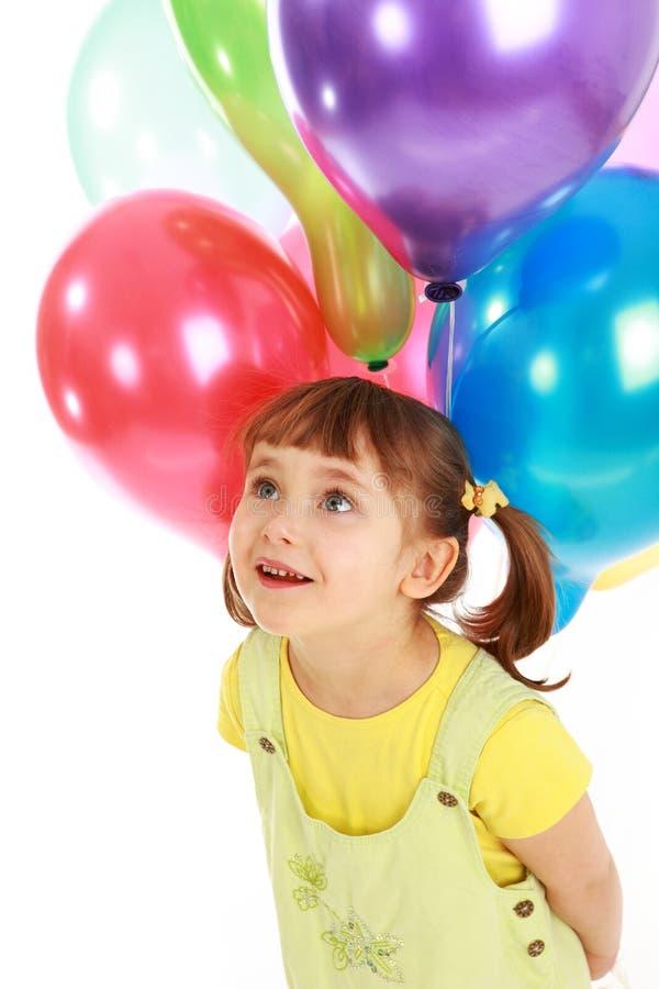 Kleines Mädchen, das bunte Ballone anhält stockbilder