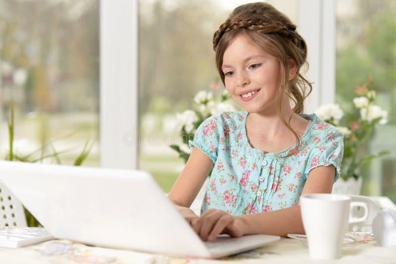 Kleines Mädchen, das Computer verwendet lizenzfreie stockbilder