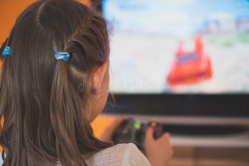 Kleines Mädchen, das Computerspiel spielt stockbilder