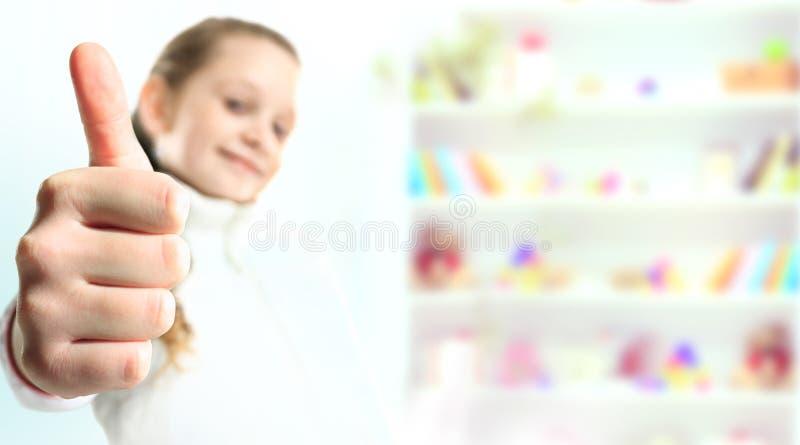 Kleines Mädchen, das den Daumen zeigt stockbild