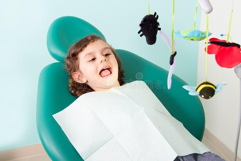 Kleines Mädchen, das an der zahnmedizinischen Klinik lächelt lizenzfreie stockbilder