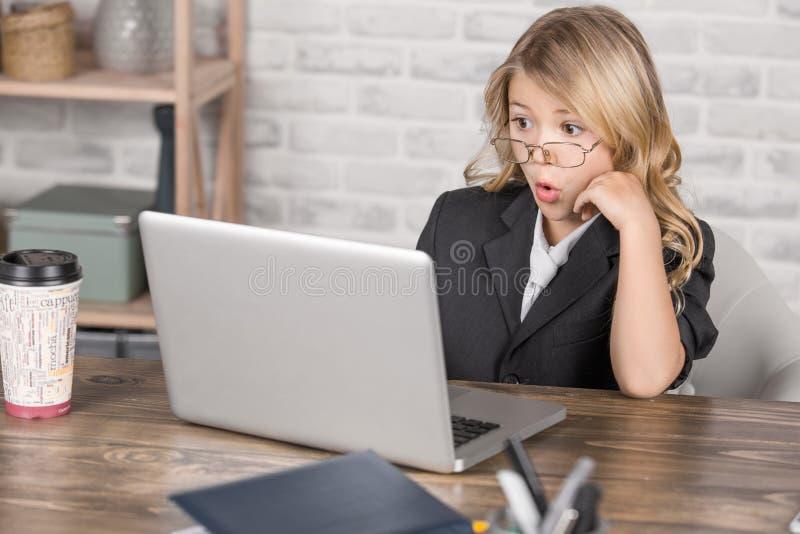 Kleines Mädchen, das Digital-Gerät-moderne Technologie einsetzt lizenzfreie stockfotografie
