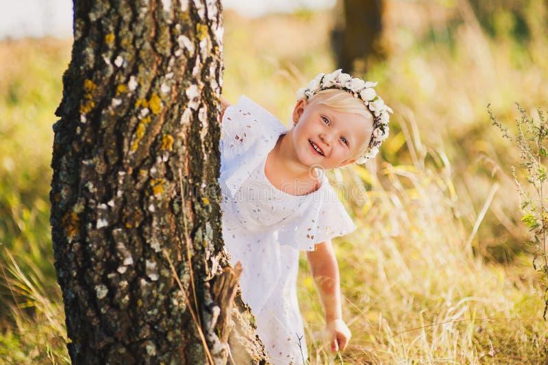 Kleines Mädchen, Das Draußen Hinter Einem Baum Im Park, Verstecken ...