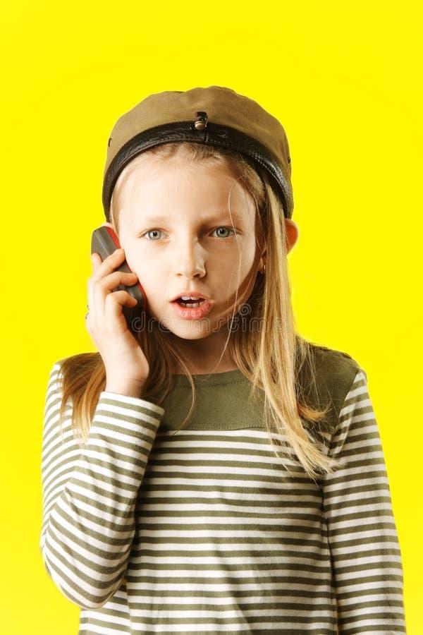Kleines Mädchen, das durch Telefon spricht lizenzfreie stockfotografie
