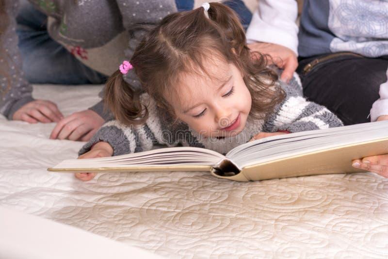 Kleines Mädchen, das ein Buch anhält lizenzfreie stockfotografie