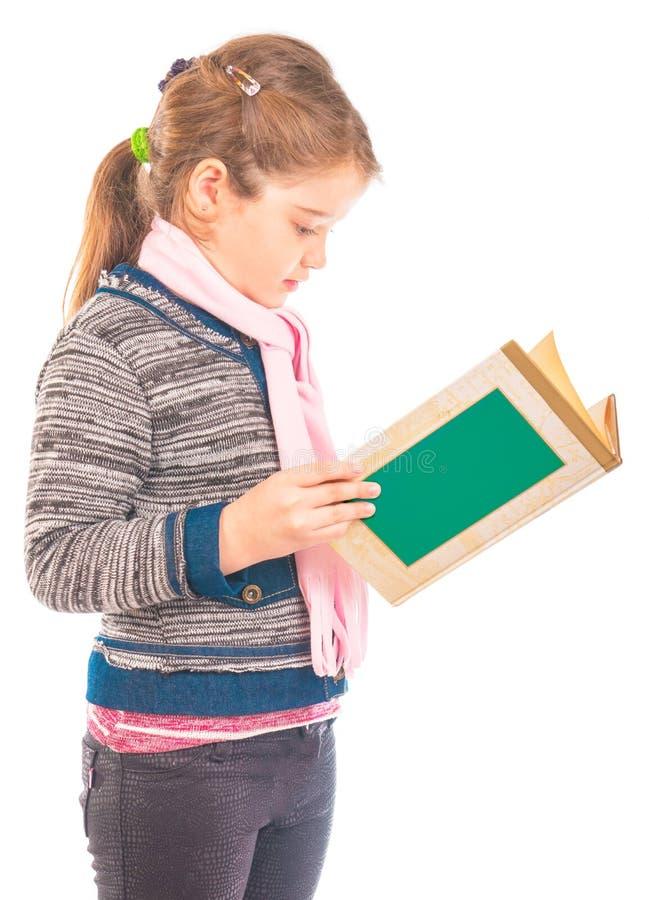 Kleines Mädchen, das ein Buch liest lizenzfreie stockfotos