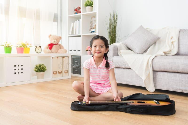 Kleines Mädchen, das ein Foto im Wohnzimmer macht lizenzfreie stockfotografie