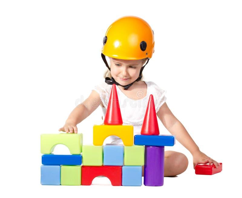 Kleines Mädchen, das ein Haus aufbaut lizenzfreies stockfoto