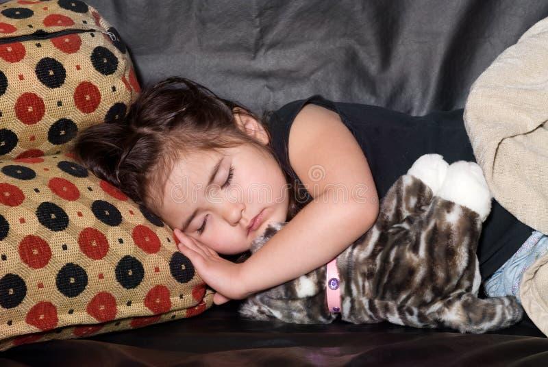Kleines Mädchen, das ein Schlaefchen hält lizenzfreie stockfotografie