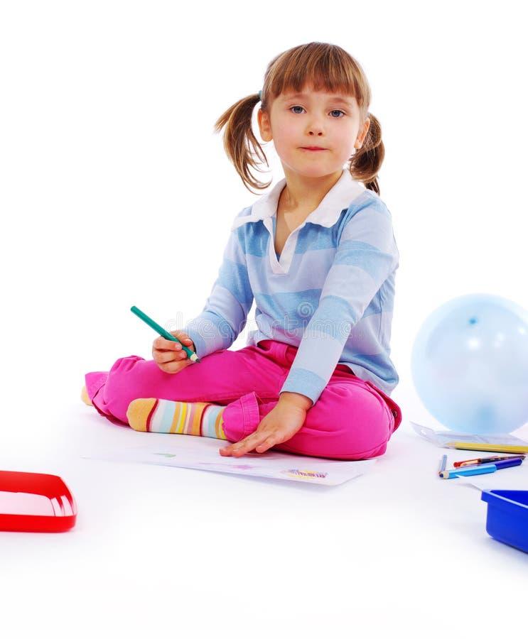 Kleines Mädchen, das eine Abbildung malt lizenzfreies stockbild