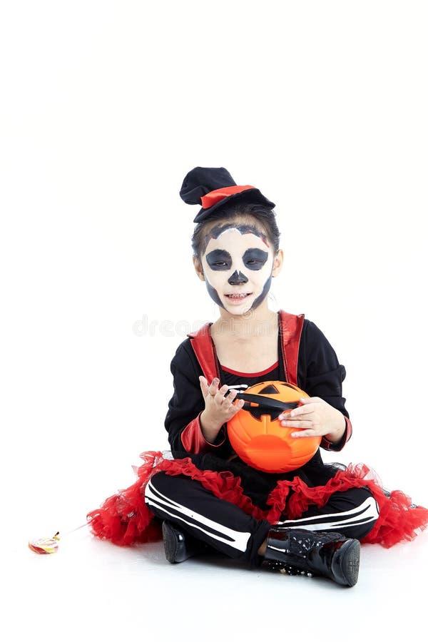kleines Mädchen, das eine Buchse im Kürbiskorb hält lizenzfreies stockbild