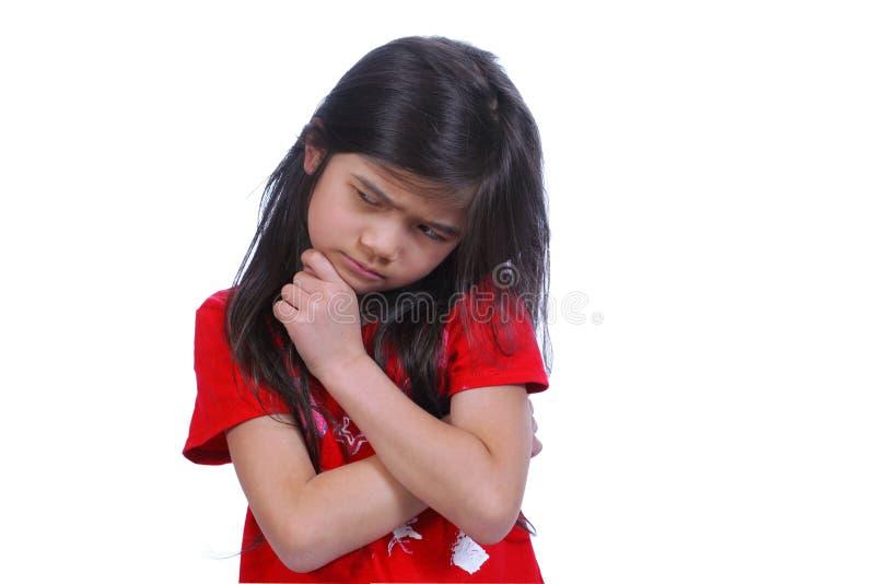 Kleines Mädchen, das eine harte Entscheidung trifft stockfoto