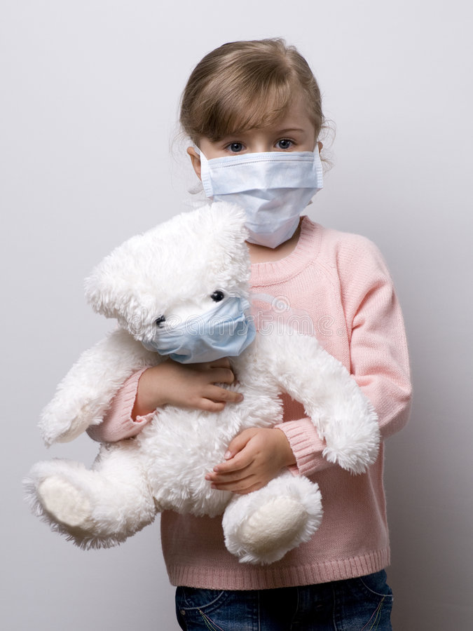 Kleines Mädchen, das eine schützende Schablone trägt stockbilder
