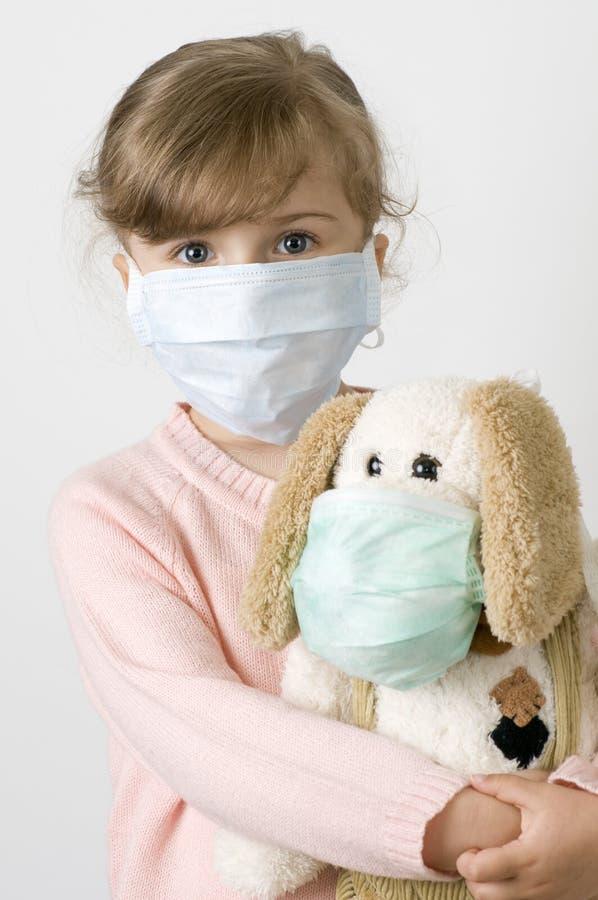 Kleines Mädchen, das eine schützende Schablone trägt lizenzfreie stockbilder