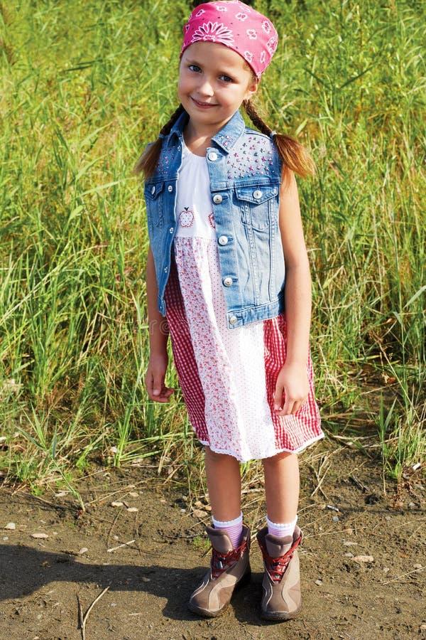 Kleines Mädchen, das in einem Getreidefeld steht stockfoto