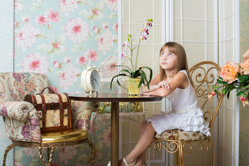 Kleines Mädchen, das in einem Raum sitzt stockbilder