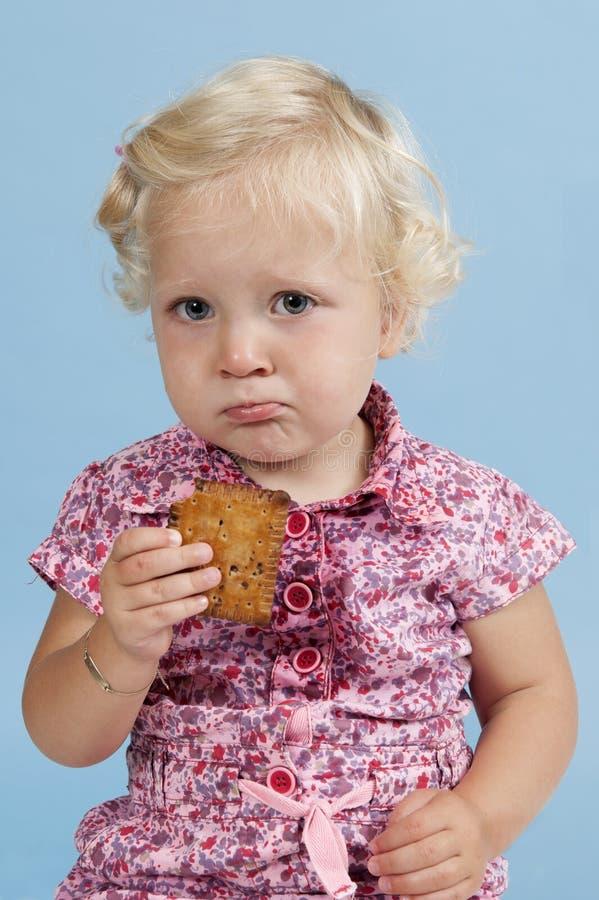 Download Kleines Mädchen, Das Einen Biskuit Isst. Stockbild - Bild von toddler, jahre: 26372399