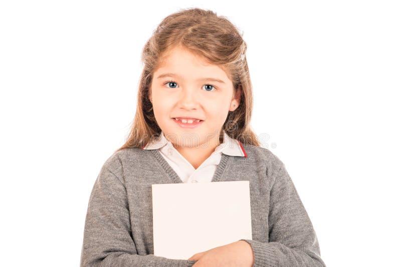 Kleines Mädchen, das einen Weißbuch umarmt lizenzfreies stockfoto