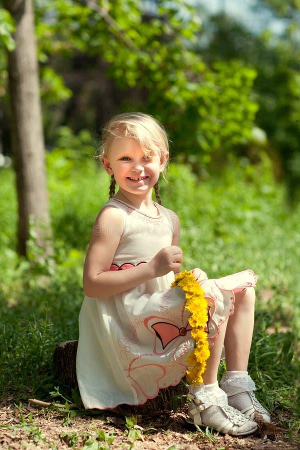 Kleines Mädchen, das einen Wreath bildet lizenzfreies stockfoto