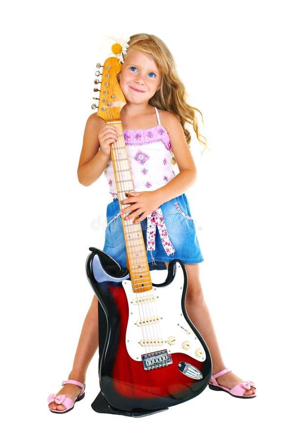 Kleines Mädchen, das elektrische Gitarre spielt stockbild