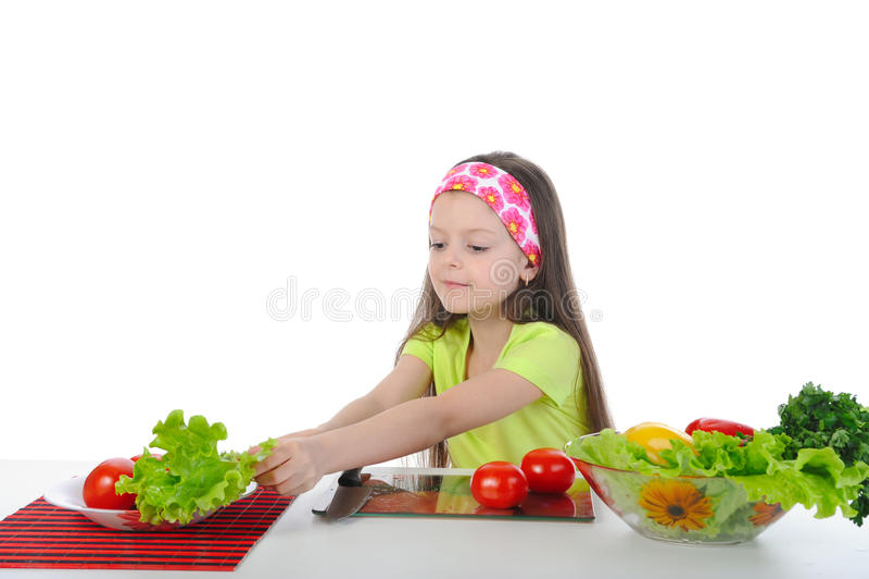 Kleines Mädchen, das Frühstückstisch vorbereitet stockfotografie