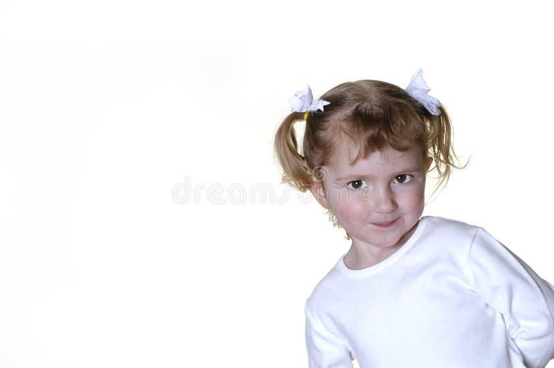 Kleines Mädchen, das Gesichter bildet lizenzfreie stockfotografie