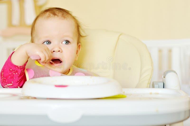 Kleines Mädchen, das Getreide isst lizenzfreie stockbilder
