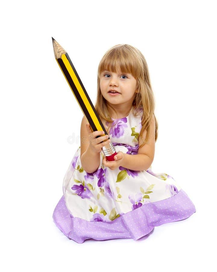Kleines Mädchen, das großen Bleistift anhält lizenzfreie stockfotografie