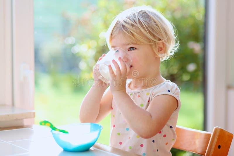 Kleines Mädchen, das Hafermehl zum Frühstück isst lizenzfreie stockbilder