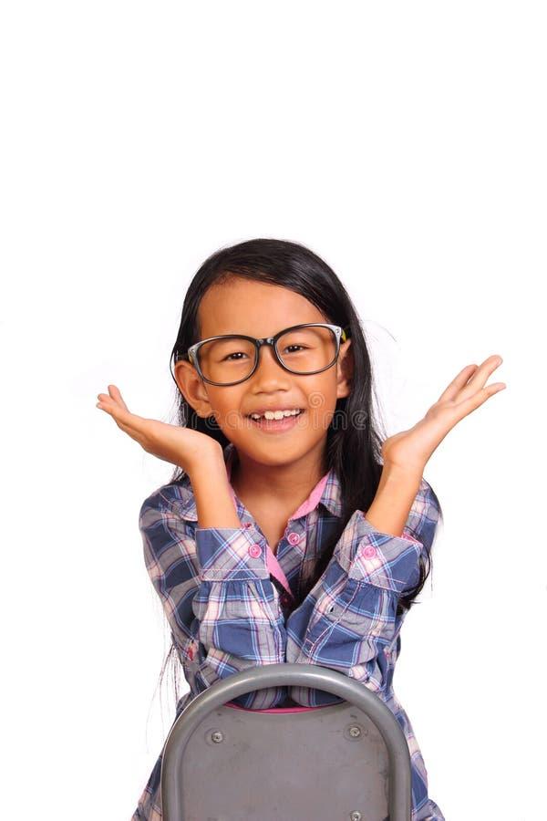 Kleines Mädchen, das Hurray-Geste lächelt und zeigt lizenzfreie stockbilder