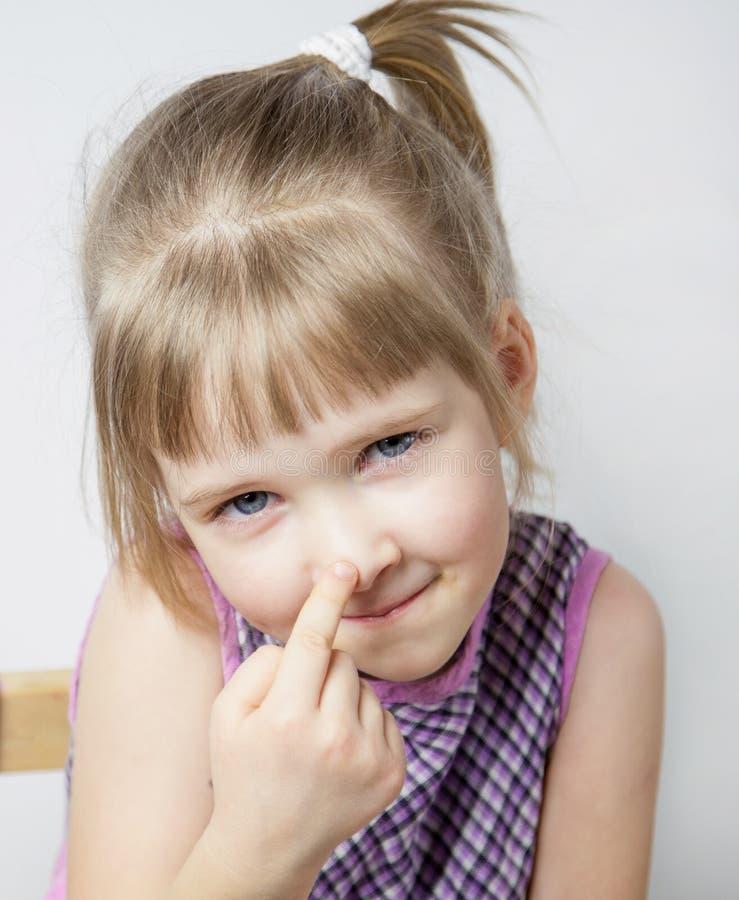 Kleines Mädchen, das ihre Nase berührt lizenzfreies stockfoto