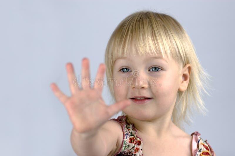 Kleines Mädchen, das ihre Palme analysiert lizenzfreies stockfoto